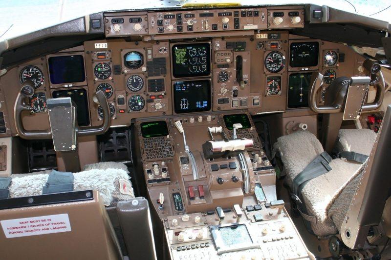B767 cockpit